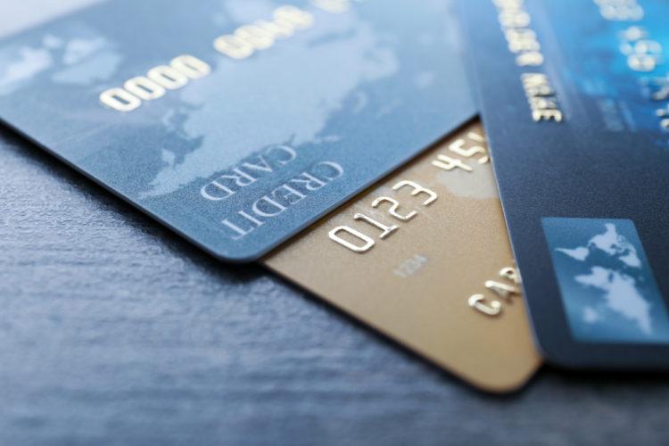 Kuo skiriasi kreditinė kortelė nuo debetinės